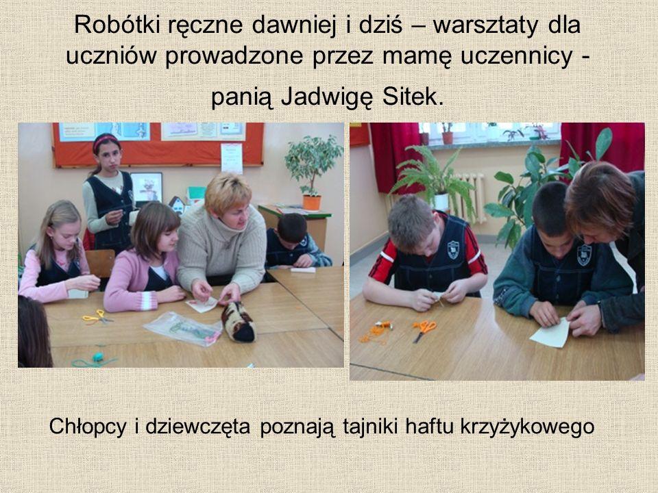 Robótki ręczne dawniej i dziś – warsztaty dla uczniów prowadzone przez mamę uczennicy - panią Jadwigę Sitek. Chłopcy i dziewczęta poznają tajniki haft