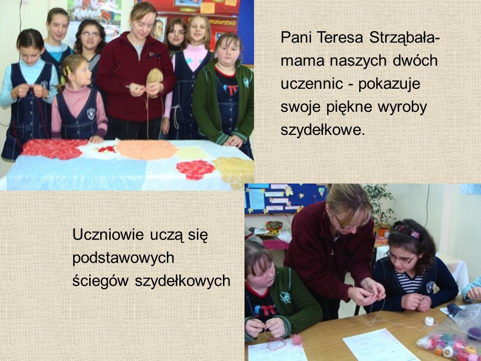 Pani Teresa Strząbała- mama naszych dwóch uczennic - pokazuje swoje piękne wyroby szydełkowe. Uczniowie uczą się podstawowych ściegów szydełkowych
