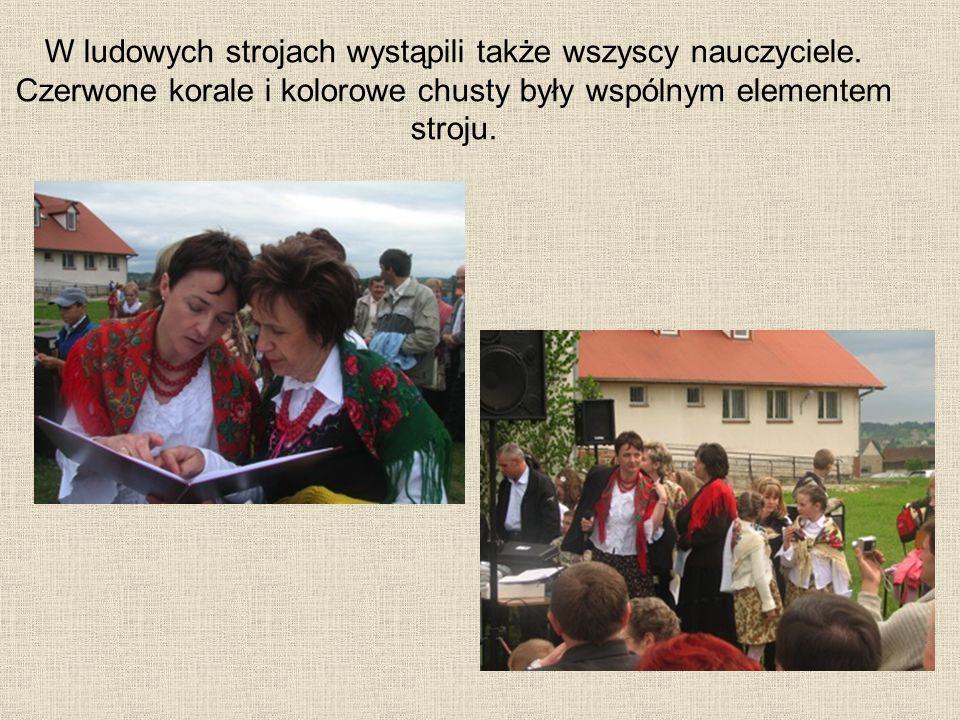 W ludowych strojach wystąpili także wszyscy nauczyciele. Czerwone korale i kolorowe chusty były wspólnym elementem stroju.