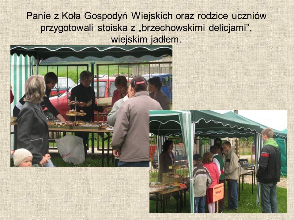 Panie z Koła Gospodyń Wiejskich oraz rodzice uczniów przygotowali stoiska z brzechowskimi delicjami, wiejskim jadłem.