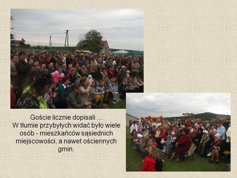 Goście licznie dopisali... W tłumie przybyłych widać było wiele osób - mieszkańców sąsiednich miejscowości, a nawet ościennych gmin.