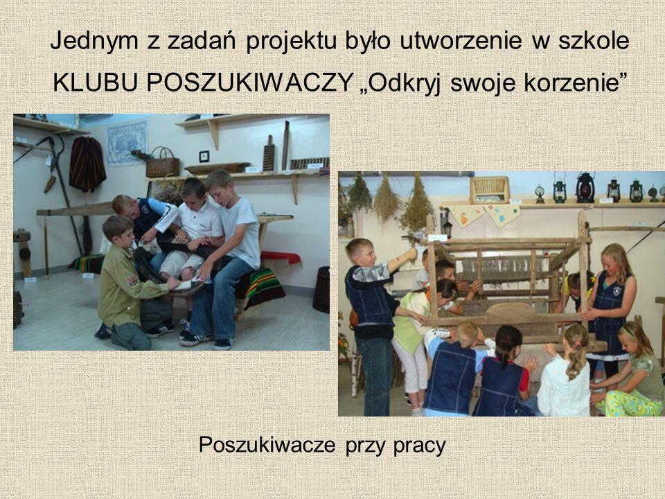 Jednym z zadań projektu było utworzenie w szkole KLUBU POSZUKIWACZY Odkryj swoje korzenie Poszukiwacze przy pracy