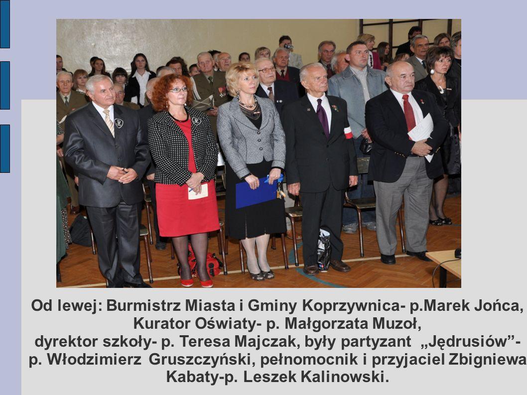 Od lewej: Burmistrz Miasta i Gminy Koprzywnica- p.Marek Jońca, Kurator Oświaty- p. Małgorzata Muzoł, dyrektor szkoły- p. Teresa Majczak, były partyzan