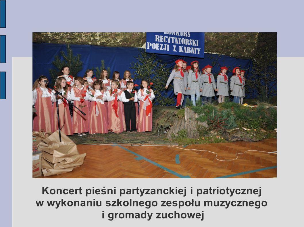 Koncert pieśni partyzanckiej i patriotycznej w wykonaniu szkolnego zespołu muzycznego i gromady zuchowej