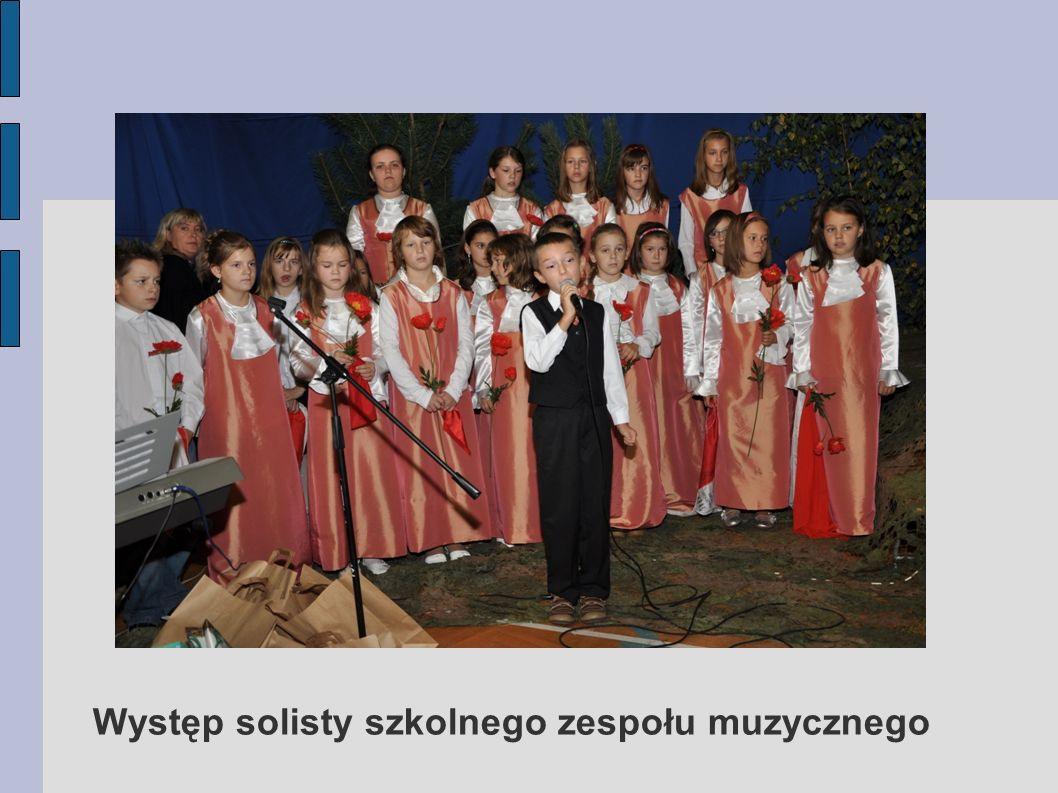 Występ solisty szkolnego zespołu muzycznego