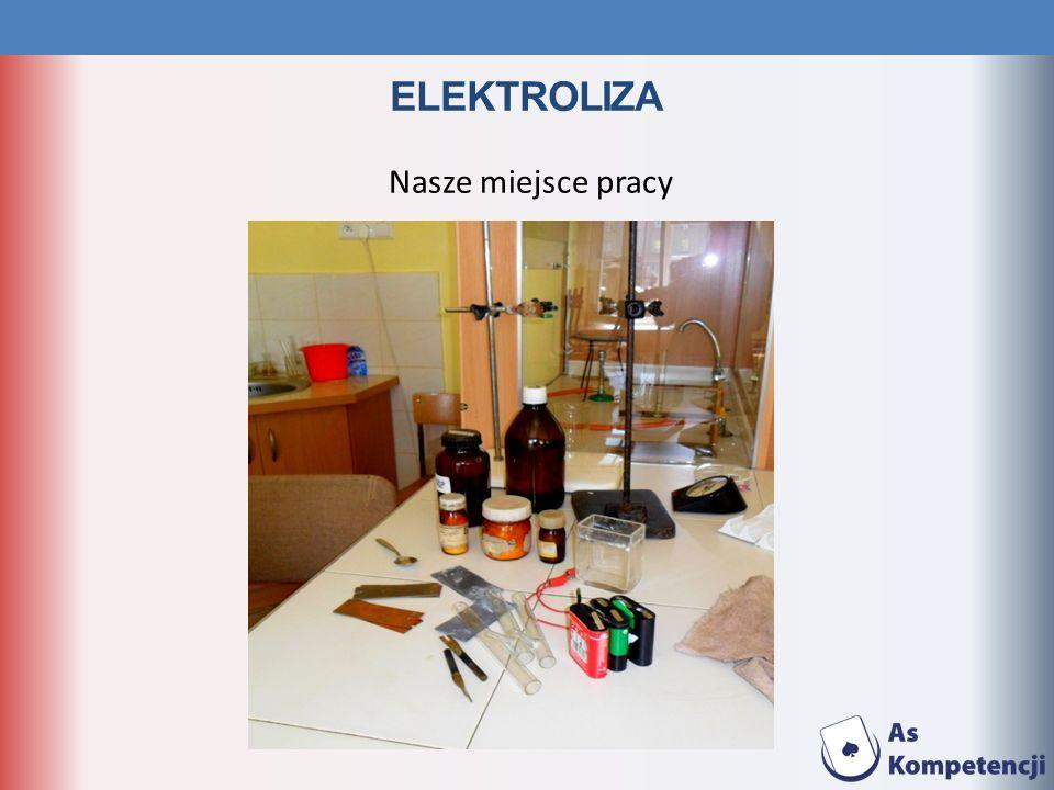 ELEKTROLIZA Całą grupą wykonaliśmy szereg doświadczeń, polegających na przepływie prądu przez celę elektrolityczną, składającą się z naczynia zawierającego roztwór elektrolitu i zanurzone w nim elektrody, podłączone do zewnętrznego obwodu, w którym znajduje się źródło prądu.
