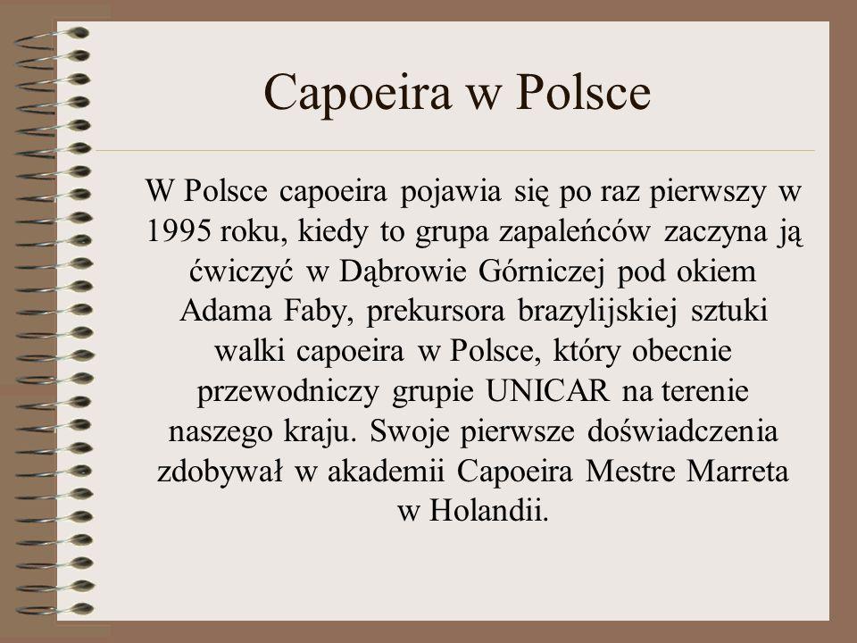 Capoeira w Polsce W Polsce capoeira pojawia się po raz pierwszy w 1995 roku, kiedy to grupa zapaleńców zaczyna ją ćwiczyć w Dąbrowie Górniczej pod oki