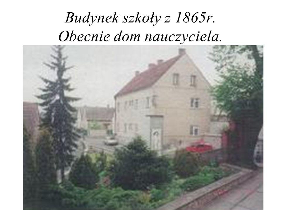 W 1865 roku wybudowano szkołę piętrową (dzisiejszy dom nauczyciela).