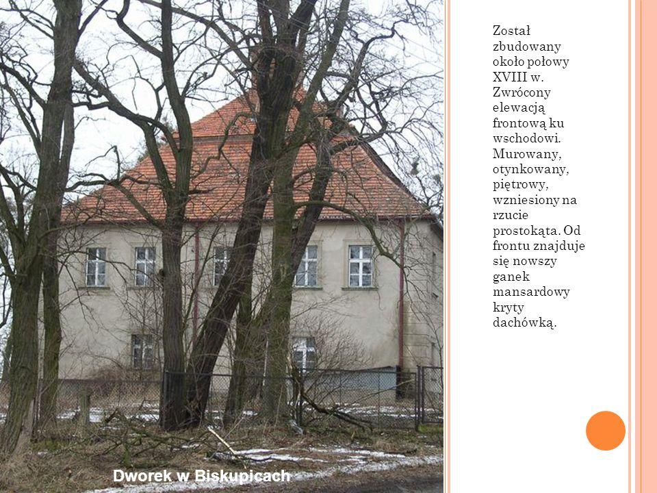 Został zbudowany około połowy XVIII w. Zwrócony elewacją frontową ku wschodowi. Murowany, otynkowany, piętrowy, wzniesiony na rzucie prostokąta. Od fr