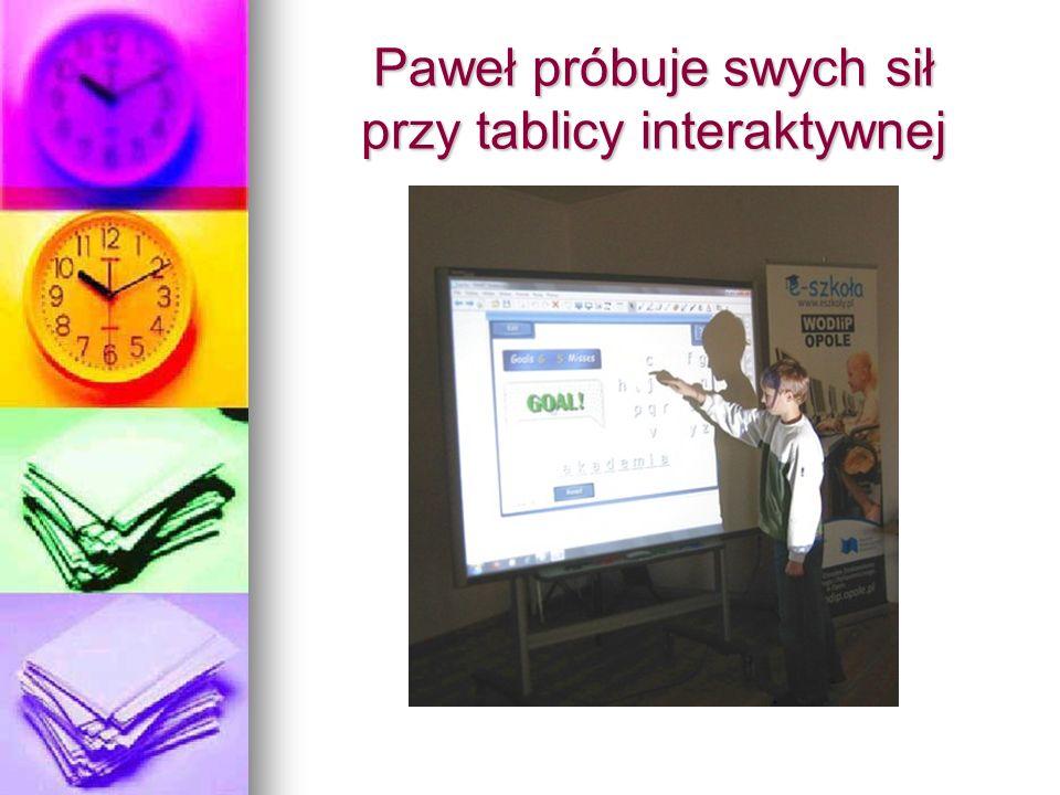 Paweł próbuje swych sił przy tablicy interaktywnej