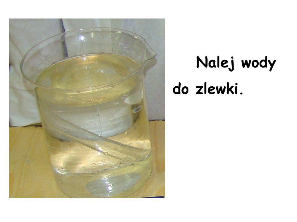 Nalej wody do zlewki.