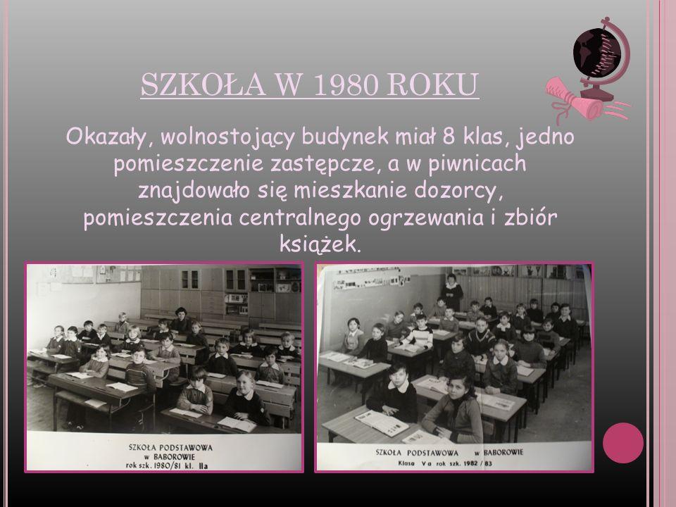 SZKOŁA W 1980 ROKU Okazały, wolnostojący budynek miał 8 klas, jedno pomieszczenie zastępcze, a w piwnicach znajdowało się mieszkanie dozorcy, pomieszc