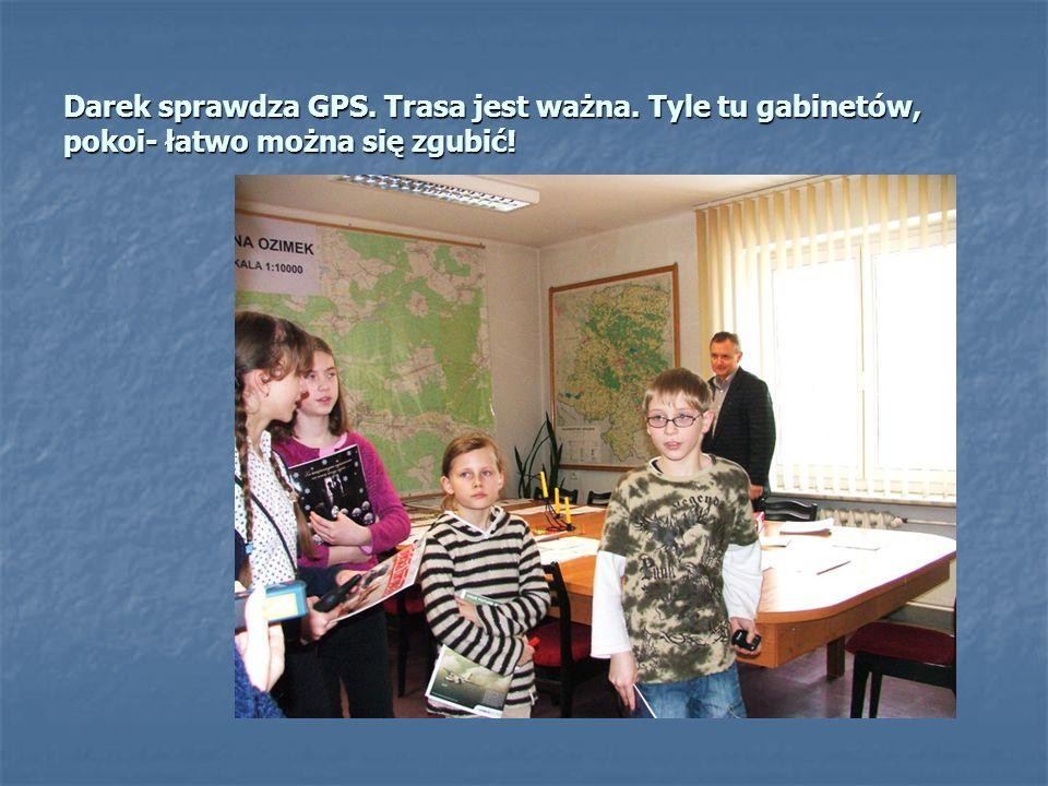 Pan Zbigniew Koziarz z REFERATU SPRAW OBYWATELSKICH, OBRONNYCH i OBRONY CYWILNEJ, pokazuje nam bardzo szczegółową mapę naszej gminy, a my szukamy posz