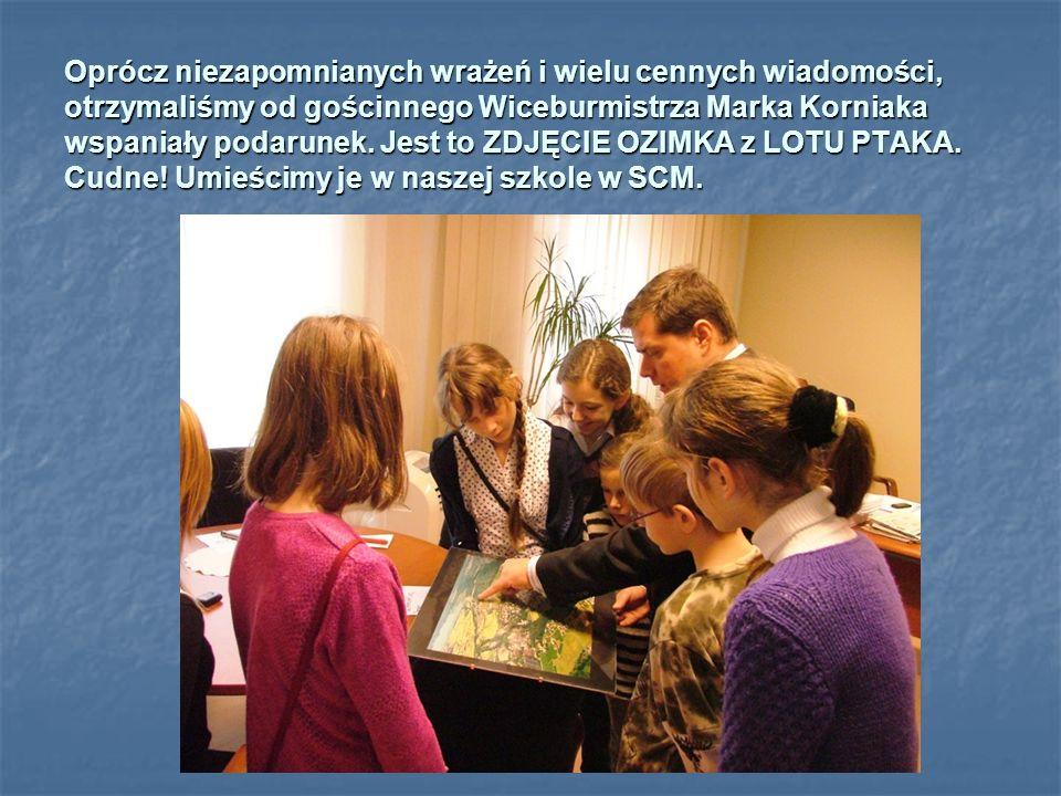 Pan Zbigniew Koziarz z REFERATU SPRAW OBYWATELSKICH, OBRONNYCH i OBRONY CYWILNEJ, pokazuje nam bardzo szczegółową mapę naszej gminy, a my szukamy poszczególnych miejsc: szkoły, urzędu, szpitala, basenu i Dinoparku.