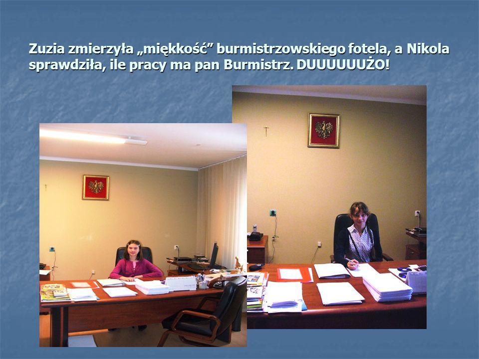 Zuzia zmierzyła miękkość burmistrzowskiego fotela, a Nikola sprawdziła, ile pracy ma pan Burmistrz.