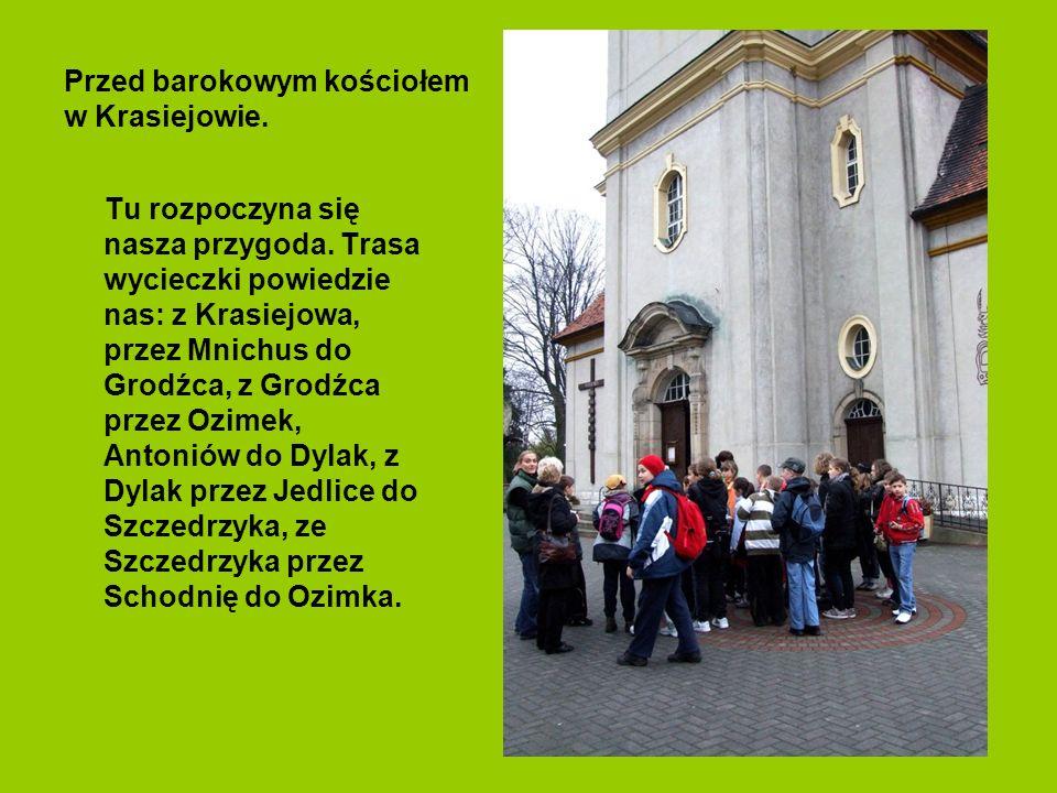 Przed barokowym kościołem w Krasiejowie.Tu rozpoczyna się nasza przygoda.