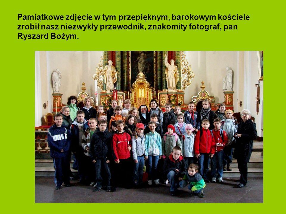 Oglądamy piękny kościół gotycki w Szczedrzyku.