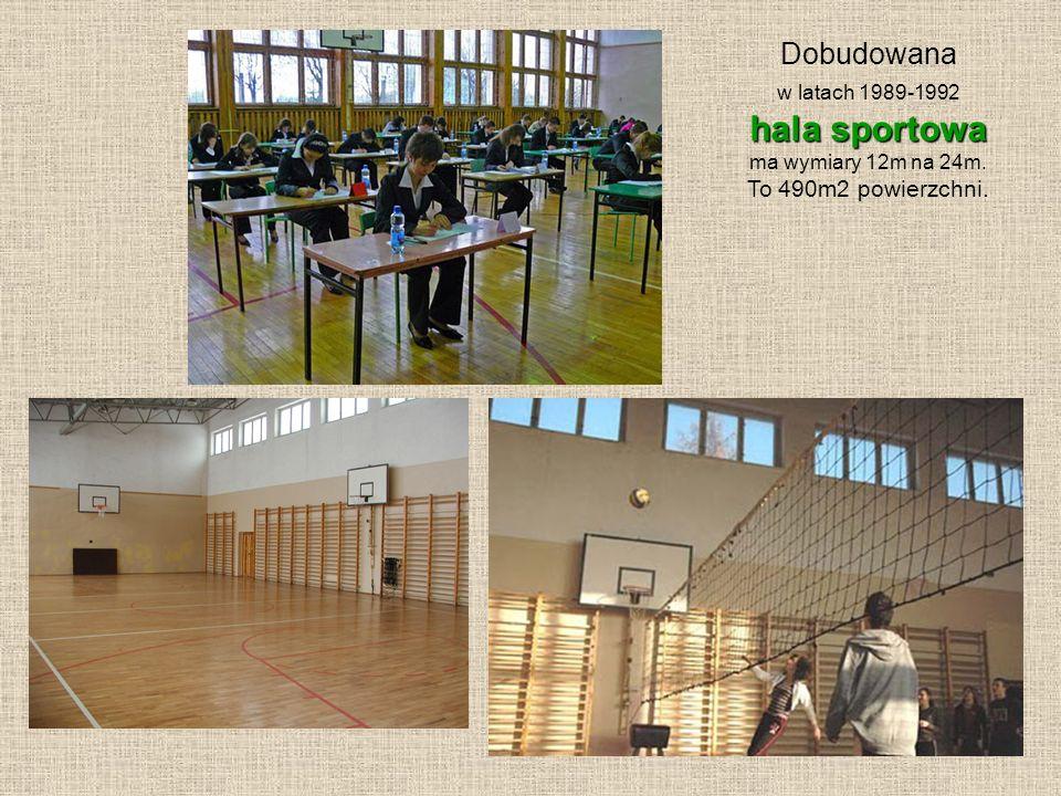 Dobudowana w latach 1989-1992 hala sportowa ma wymiary 12m na 24m. To 490m2 powierzchni.