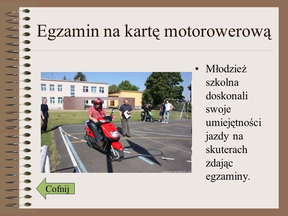Egzamin na kartę motorowerową Młodzież szkolna doskonali swoje umiejętności jazdy na skuterach zdając egzaminy. Cofnij
