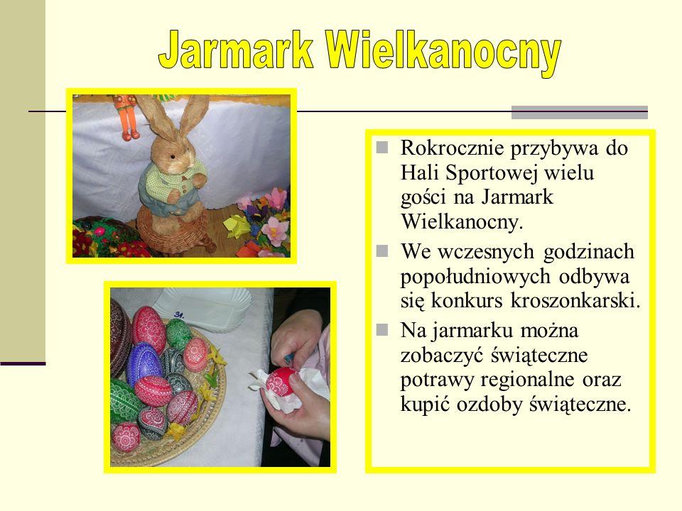 Co roku w Hali Sportowej odbywa się Jarmark Mikołajkowy. Na licznych stoiskach można podziwiać i kupić różne ozdoby świąteczne przygotowane przez plac