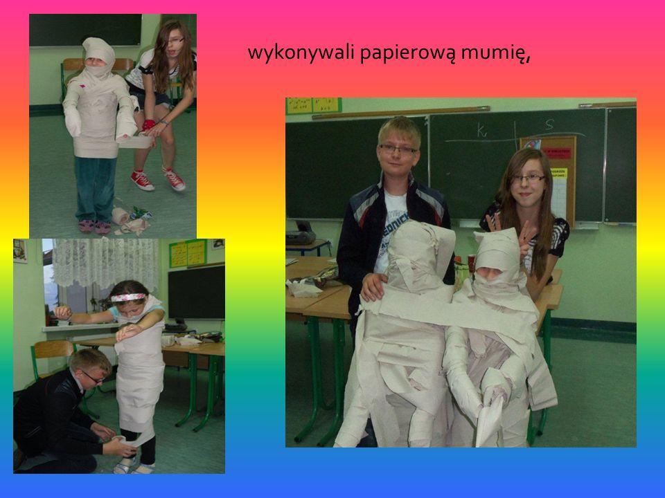 wykonywali papierową mumię,