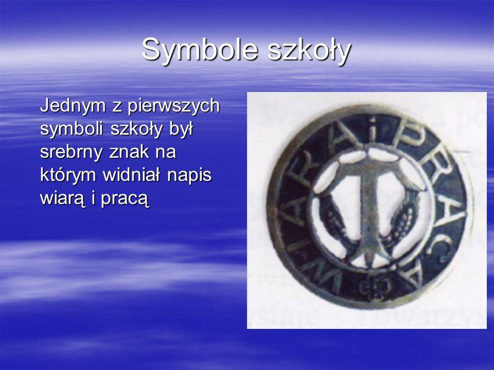 Symbole szkoły Jednym z pierwszych symboli szkoły był srebrny znak na którym widniał napis wiarą i pracą Jednym z pierwszych symboli szkoły był srebrn