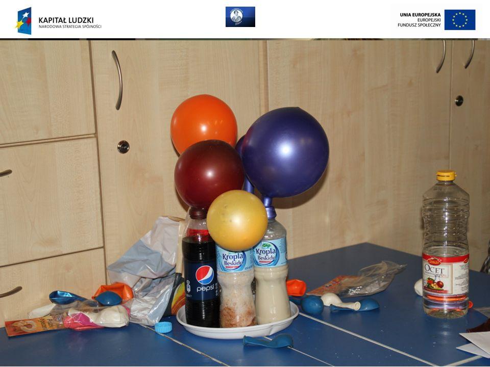 W drugim roku uczniowie otrzymują do rozwiązania problemy badawcze (uczniowie sami dobierają pomoce, procedurę badawczą itp., poszukują odpowiedzi na pytania badawcze) Przykład: Balony: Problem badawczy: napełnij 3 balony gazem, stosując za każdym razem inną metodę napełniania.