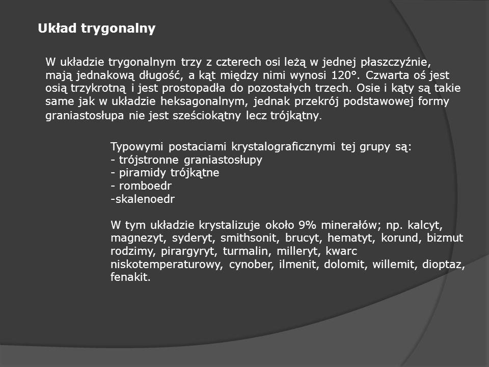 Układ trygonalny W układzie trygonalnym trzy z czterech osi leżą w jednej płaszczyźnie, mają jednakową długość, a kąt między nimi wynosi 120°. Czwarta