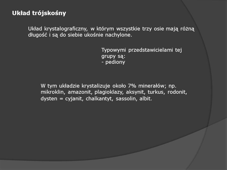 Układ trójskośny Układ krystalograficzny, w którym wszystkie trzy osie mają różną długość i są do siebie ukośnie nachylone. Typowymi przedstawicielami