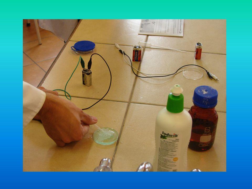 Reakcja tlenku węgla(IV) z zasadą wapniową Opis eksperymentu Do probówki nalewamy około 2 cm³ wody wapiennej, czyli roztworu wodorotlenku wapnia (zasady wapniowej), a następnie wkładamy do niego rurkę szklaną i wdmuchujemy przez nią powietrze wydychane z płuc.