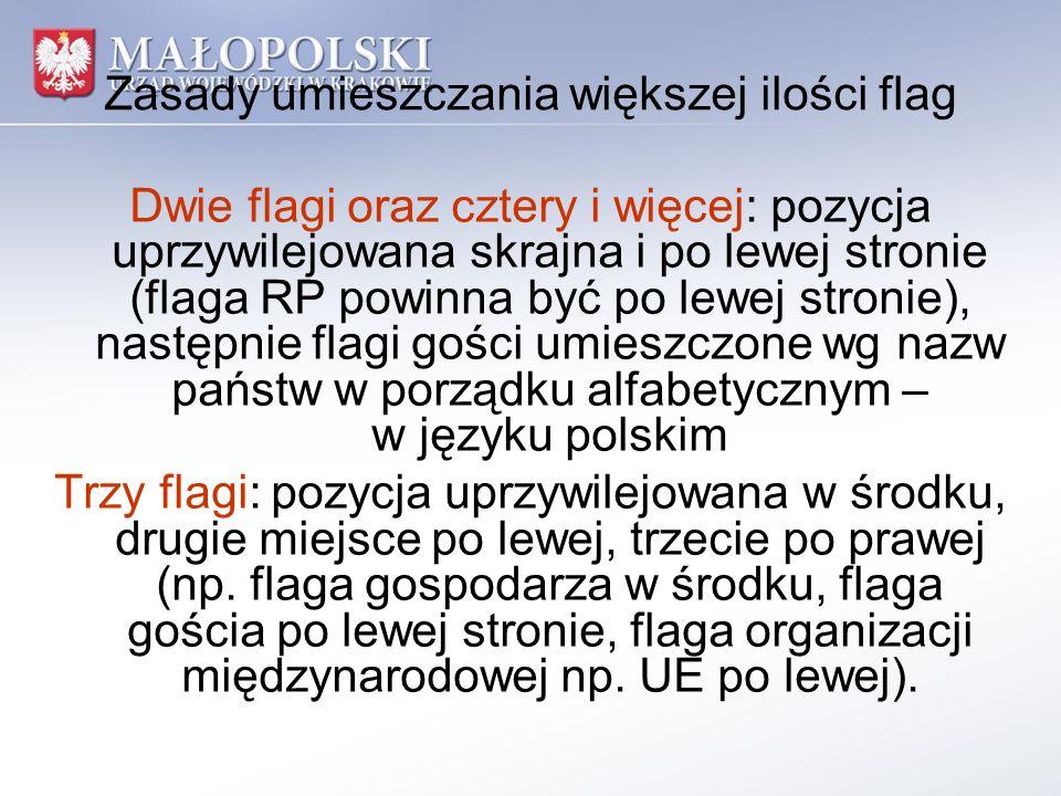 Zasady umieszczania większej ilości flag Dwie flagi oraz cztery i więcej: pozycja uprzywilejowana skrajna i po lewej stronie (flaga RP powinna być po
