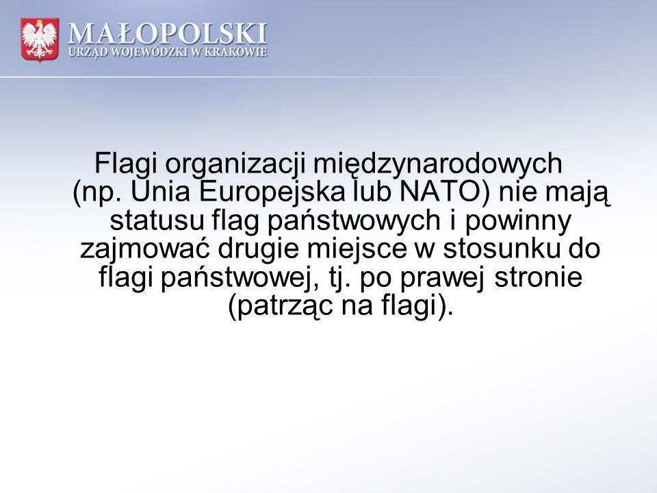 Flagi organizacji międzynarodowych (np. Unia Europejska lub NATO) nie mają statusu flag państwowych i powinny zajmować drugie miejsce w stosunku do fl