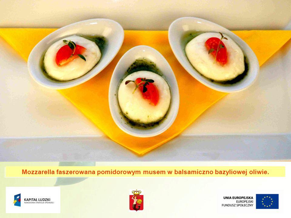 11 Mozzarella faszerowana pomidorowym musem w balsamiczno bazyliowej oliwie.