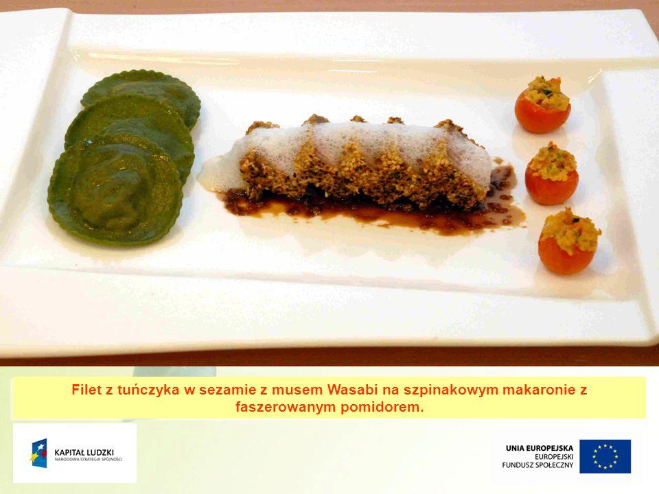 15 Filet z tuńczyka w sezamie z musem Wasabi na szpinakowym makaronie z faszerowanym pomidorem.