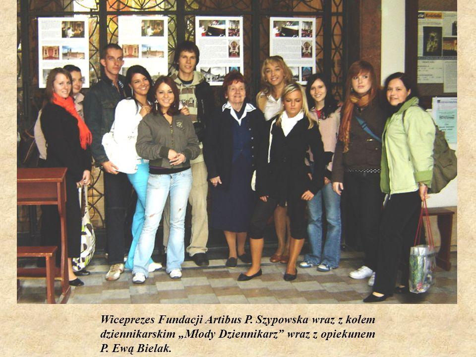 Wiceprezes Fundacji Artibus P. Szypowska wraz z kołem dziennikarskim Młody Dziennikarz wraz z opiekunem P. Ewą Bielak.