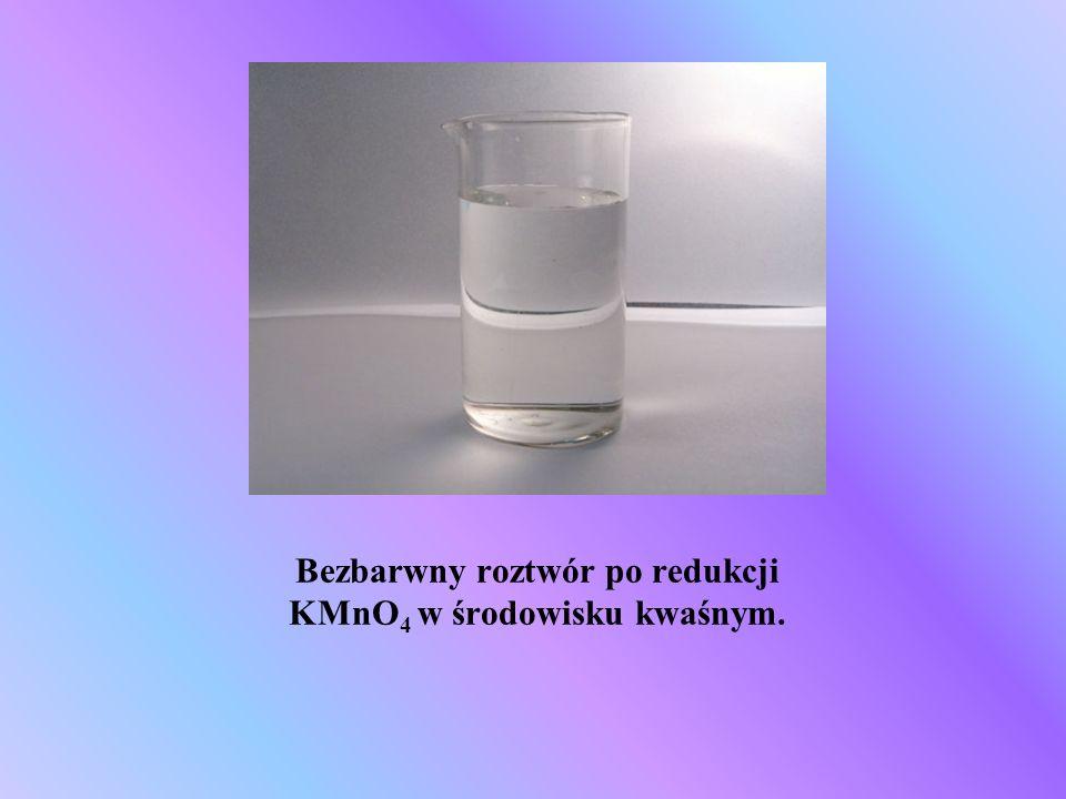 Bezbarwny roztwór po redukcji KMnO 4 w środowisku kwaśnym.
