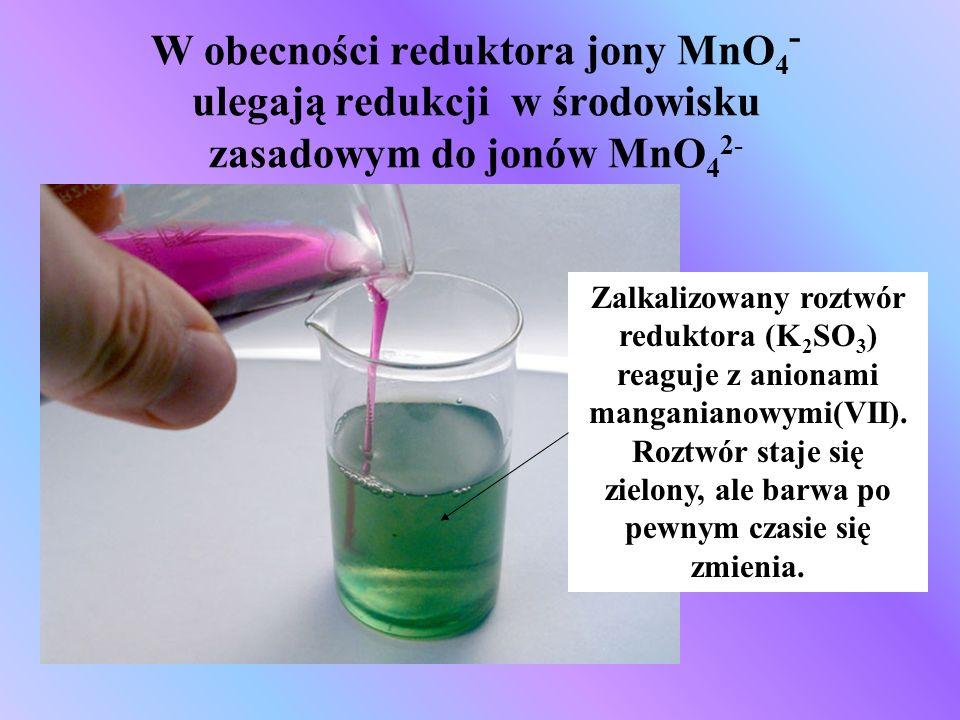 W obecności reduktora jony MnO 4 - ulegają redukcji w środowisku zasadowym do jonów MnO 4 2- Zalkalizowany roztwór reduktora (K 2 SO 3 ) reaguje z ani