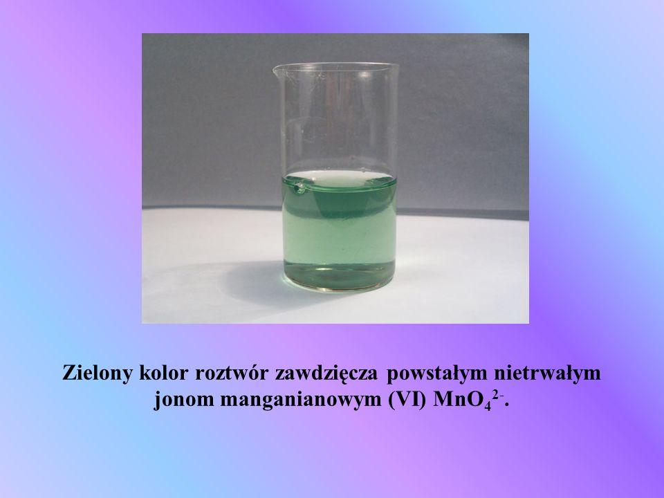 Zielony kolor roztwór zawdzięcza powstałym nietrwałym jonom manganianowym (VI) MnO 4 2-.