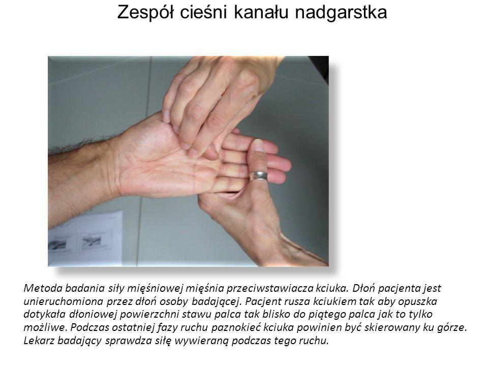 Metoda badania siły mięśniowej mięśnia przeciwstawiacza kciuka. Dłoń pacjenta jest unieruchomiona przez dłoń osoby badającej. Pacjent rusza kciukiem t
