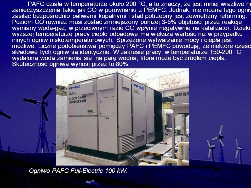 PAFC działa w temperaturze około 200 °C, a to znaczy, że jest mniej wrażliwe na zanieczyszczenia takie jak CO w porównaniu z PEMFC. Jednak, nie można