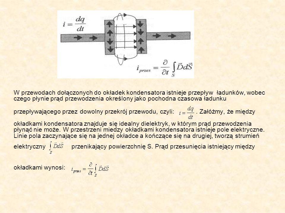 W przewodach dołączonych do okładek kondensatora istnieje przepływ ładunków, wobec czego płynie prąd przewodzenia określony jako pochodna czasowa ładu