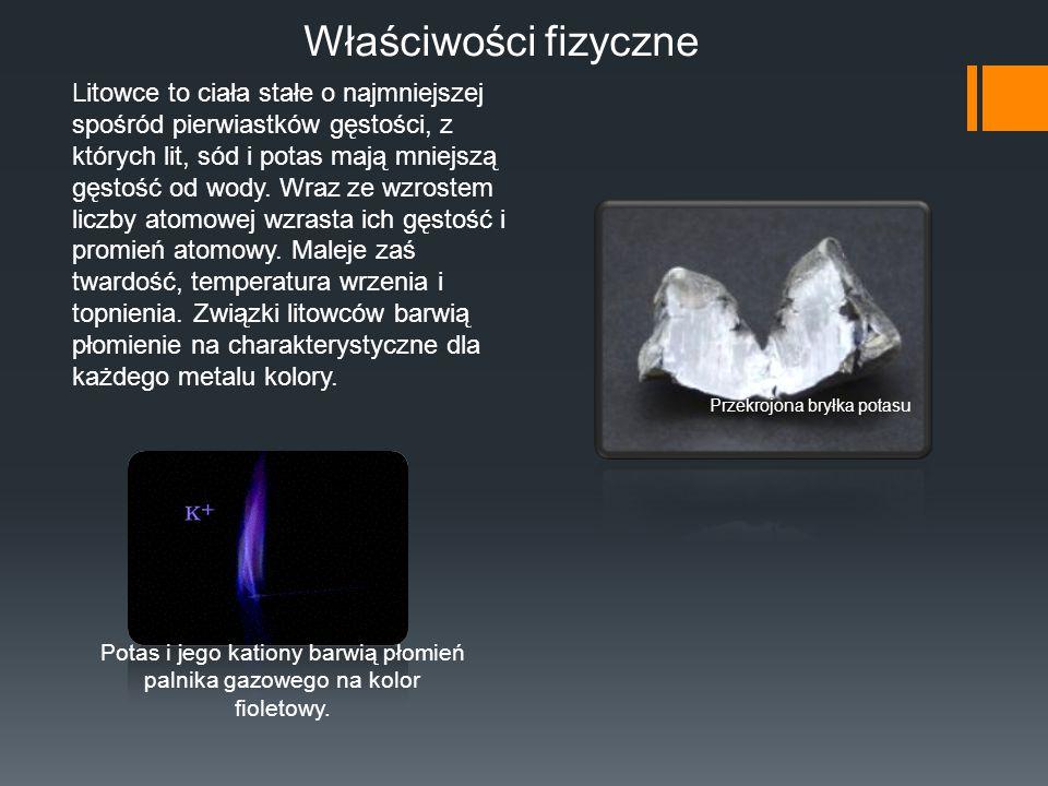 Właściwości fizyczne Potas i jego kationy barwią płomień palnika gazowego na kolor fioletowy. Przekrojona bryłka potasu Litowce to ciała stałe o najmn