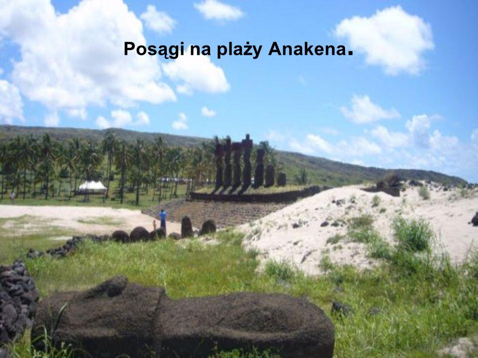 Posągi na plaży Anakena.