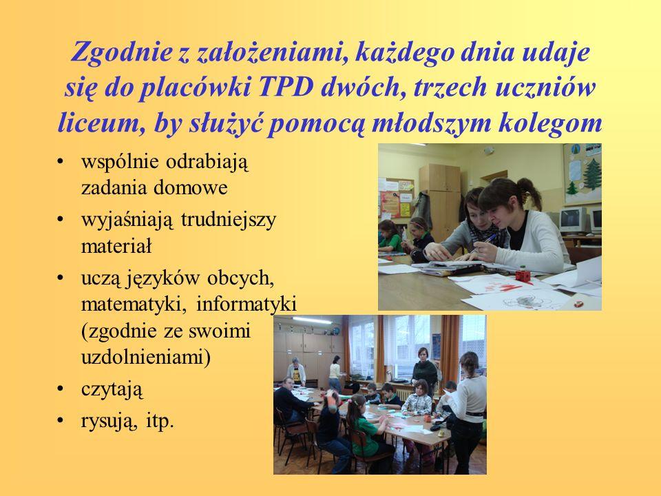 Zgodnie z założeniami, każdego dnia udaje się do placówki TPD dwóch, trzech uczniów liceum, by służyć pomocą młodszym kolegom wspólnie odrabiają zadan