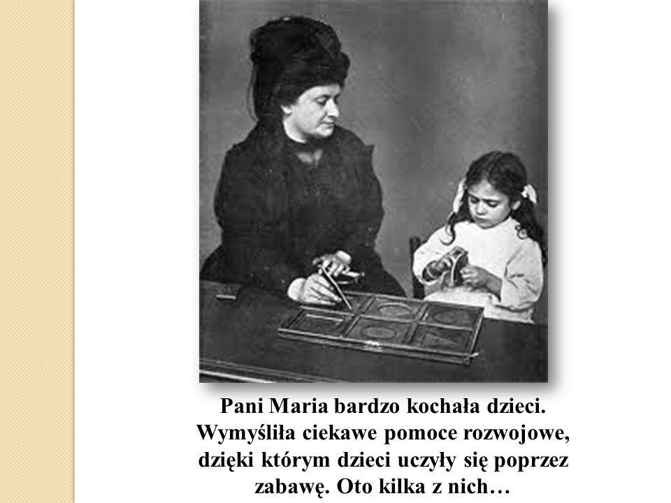 Pani Maria bardzo kochała dzieci. Wymyśliła ciekawe pomoce rozwojowe, dzięki którym dzieci uczyły się poprzez zabawę. Oto kilka z nich…