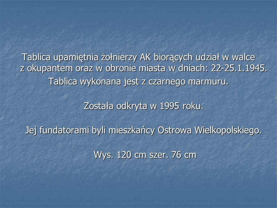 Tablica upamiętnia żołnierzy AK biorących udział w walce z okupantem oraz w obronie miasta w dniach: 22-25.1.1945. Tablica wykonana jest z czarnego ma