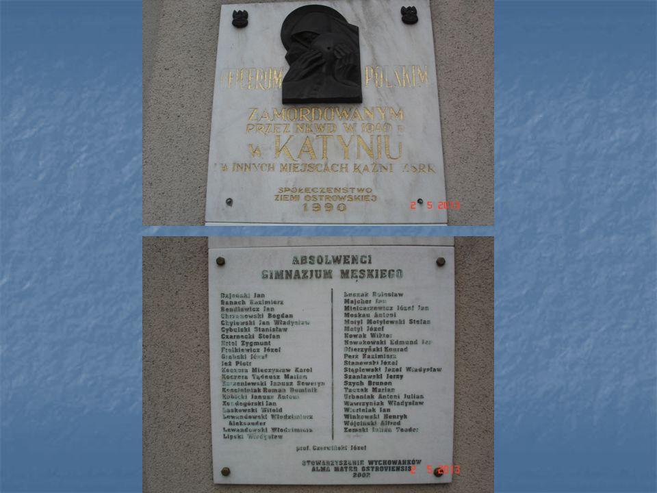 Tablica upamiętnia żołnierzy AK biorących udział w walce z okupantem oraz w obronie miasta w dniach: 22-25.1.1945.