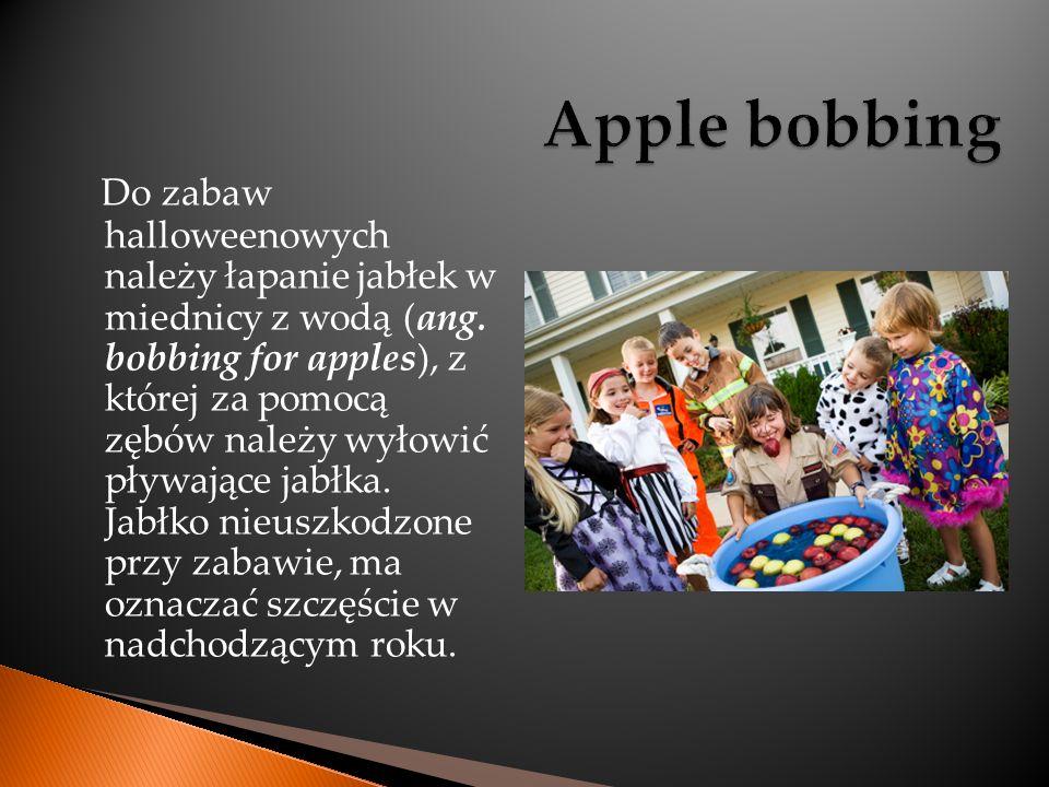 Do zabaw halloweenowych należy łapanie jabłek w miednicy z wodą (ang. bobbing for apples), z której za pomocą zębów należy wyłowić pływające jabłka. J
