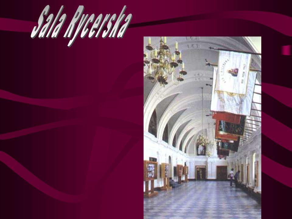 Kaplica Pamięci znajduje się w siedemnastowiecznej dzwonnicy, usytuowanej pomiędzy Bazyliką a pomnikiem Ojca Kordeckiego, bohaterskiego obrońcy Jasnej Góry.