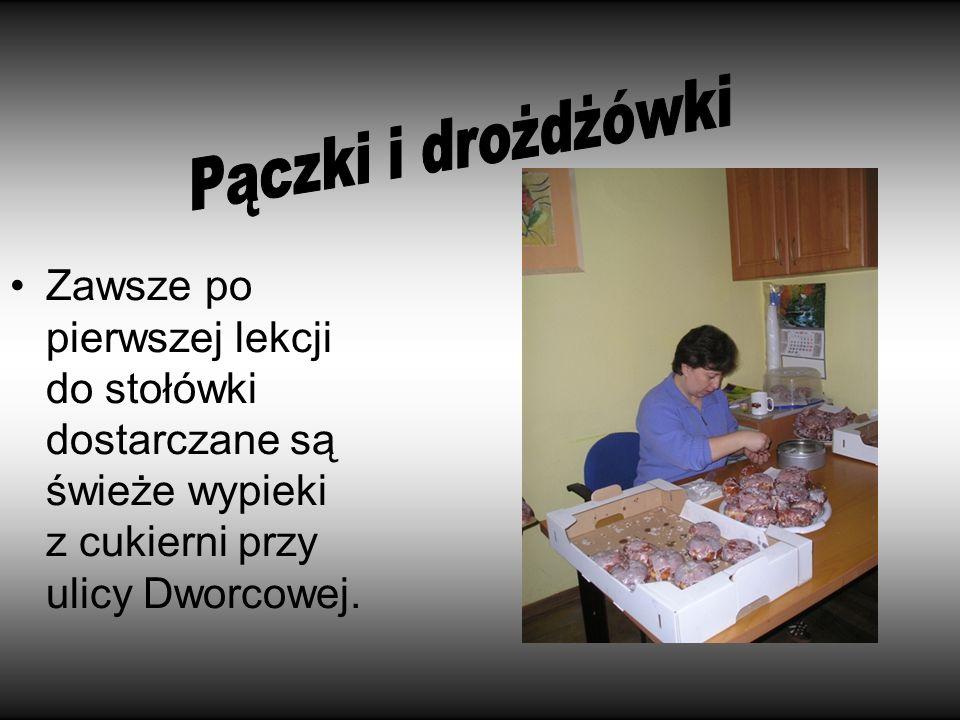 Zawsze po pierwszej lekcji do stołówki dostarczane są świeże wypieki z cukierni przy ulicy Dworcowej.